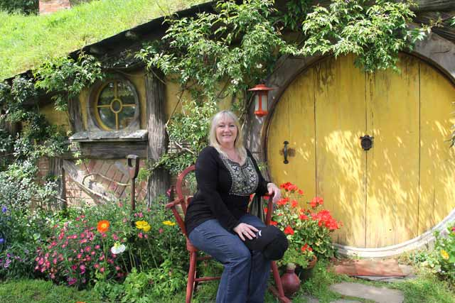Hobbiton-AMV-102114-Linda-YellowDoor