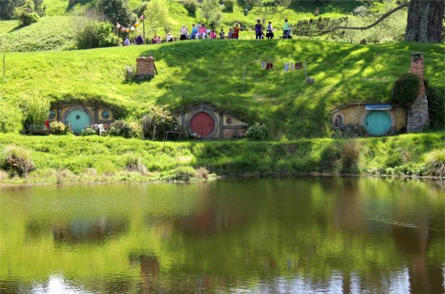 Hobbiton-LSV-102114-3Hobbit-holes-lake