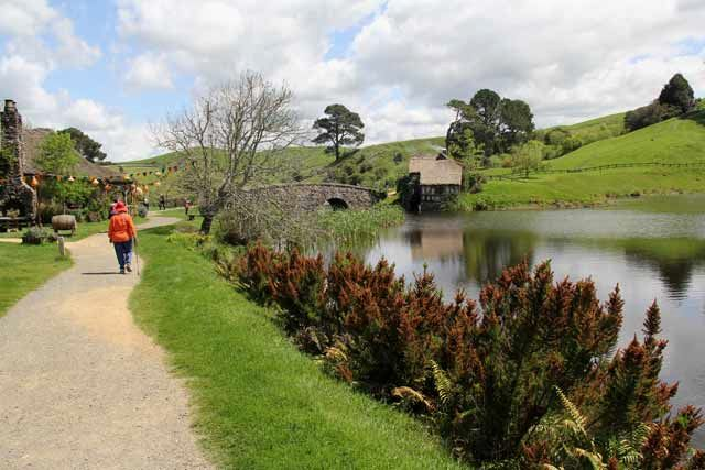 Hobbiton-LSV-102114-GreenDragonWatersEdge