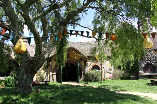 Hobbiton-LSV-102114-TheGreenDragonInn-Willow