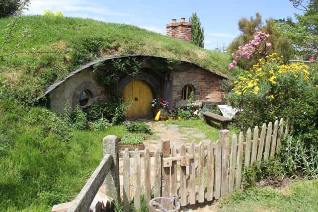 explores middle earth at hobbiton nz. Black Bedroom Furniture Sets. Home Design Ideas