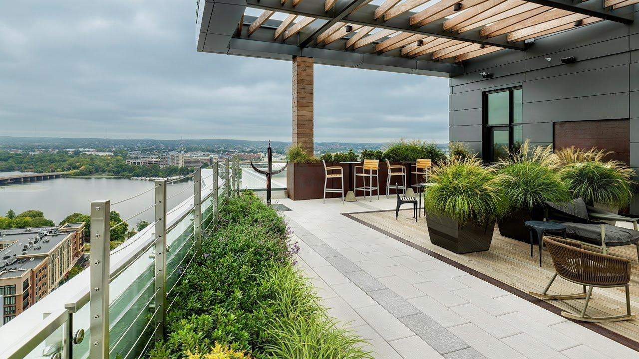 montaje courtyard sky deck.'